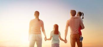 Gl?ckliche Familie am Sonnenuntergang stockbilder