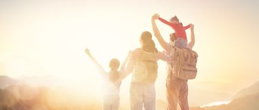 Gl?ckliche Familie am Sonnenuntergang lizenzfreies stockbild