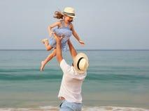 Gl?ckliche Familie am Strand Vater- und Kindertochterumarmung in Meer lizenzfreie stockfotografie
