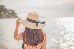 Gl?ckliche Frau, die Strand genie?t stockfoto