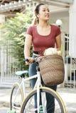 Gl?ckliche Frau mit Fahrrad stockbild