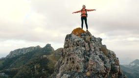 Gl?ckliche junge Frau auf Berg Junge Frau erreicht die Spitze eines Berges und hebt Hände oben an Dame auf dem Gipfel stock video footage