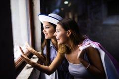 Gl?ckliche junge Frauen mit Einkaufstaschen genie?end im Einkaufen Verbraucherschutzbewegung, Einkaufen, Lebensstilkonzept lizenzfreies stockbild