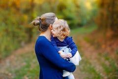 Gl?ckliche junge Mutter, die nette Kleinkindtochter des Spa?es, Familienportr?t zusammen hat Frau mit sch?nem Baby in der Natur lizenzfreie stockfotos