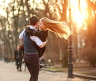 Gl?ckliche junge Paare in den Liebesjungverm?hlten, die froh Spa? im Stadtpark haben stockfoto
