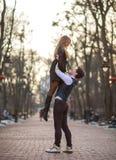 Gl?ckliche junge Paare in den Liebesjungverm?hlten, die froh Spa? im Stadtpark haben lizenzfreie stockfotografie