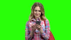Gl?ckliche kaukasische Frau, die das Internet mit Telefon surft stock video