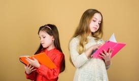 gl?ckliche kleine Kinder bereit zur Schullektion Kursteilnehmer, die ein Buch lesen Schulprojekt Freundschaft und Schwesternschaf stockbild