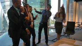 Gl?ckliche Kollegen, die den Geburtstag des Chefs im B?ro feiern stock video