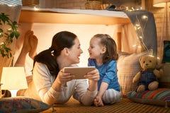 Gl?ckliche liebevolle Familie lizenzfreies stockfoto