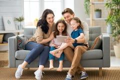 Gl?ckliche liebevolle Familie lizenzfreie stockfotos