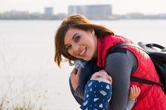 Gl?ckliche liebevolle Familie Mutter- und Kindspielen lizenzfreie stockfotografie