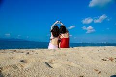 Gl?ckliche M?dchen auf dem Strand-guten Freund lizenzfreie stockfotos