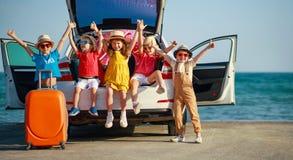 Gl?ckliche M?dchen der Gruppe Kinderund Freunde auf Autofahrt zur Sommerreise stockfotografie