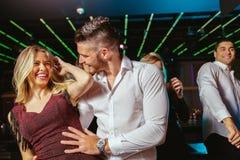 Gl?ckliche Menschen tanzen in Verein lizenzfreie stockbilder
