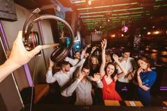 Gl?ckliche Menschen tanzen in Verein Nachtleben und Discokonzept lizenzfreie stockbilder