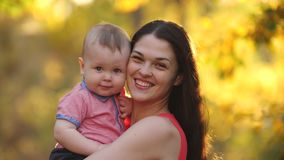 Gl?ckliche Mutter mit Baby auf Natur stock video footage