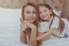 Gl?ckliche Mutter und Tochter, die zu Hause zusammen stillsteht stockbilder