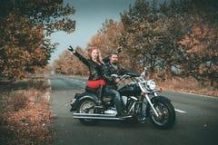 Gl?ckliche Radfahrer, die mit Motorrad aufwerfen stockbilder
