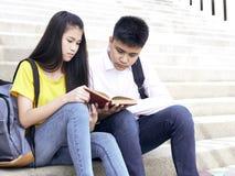 Gl?ckliche Studenten im Freien mit B?chern stockbild