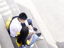 Gl?ckliche Studenten im Freien mit B?chern lizenzfreie stockbilder