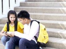 Gl?ckliche Studenten im Freien mit B?chern stockfotografie