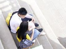 Gl?ckliche Studenten im Freien mit B?chern stockfotos
