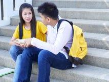 Gl?ckliche Studenten im Freien mit B?chern stockbilder