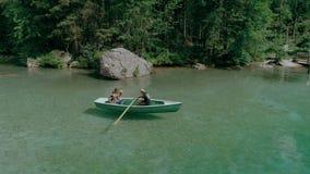 Gl?ckliche tausendj?hrige Paare auf Boot im alpinen See stock video footage