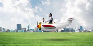 Gl?cklicher Flieger, der kleines Propellerflugzeug f?hrt lizenzfreie stockbilder