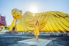 Gl?cklicher Frauentourist auf dem Hintergrund, der Buddha-Statue ofLying ist stockbild