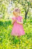 Gl?cklicher Garten des kleinen M?dchens im Fr?hjahr stockbild