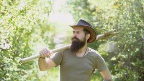 Gl?cklicher Landwirt im Cowboyhut, der Spa? auf Feld hat Retro- Werbung von alkoholischen Getr?nken Emotionales lustiges bärtiges stock video footage