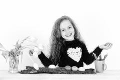 Gl?cklicher M?dchenmaler mit Bleistift, Tulpe bl?ht, bunte Ostereier lizenzfreies stockfoto