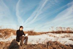 Gl?cklicher Mann mit Laptop auf dem Weizengebiet lizenzfreies stockbild
