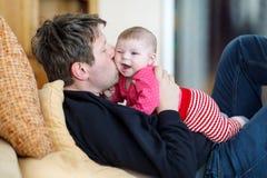 Gl?cklicher stolzer junger Vater mit neugeborener Babytochter, Familienportr?t zusammen lizenzfreie stockbilder