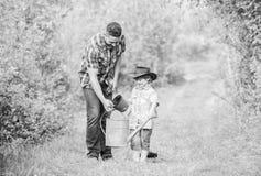 Gl?cklicher Tag der Erde Nursering Stammbaum Benutzen Sie Gie?kanne und Topf Gartenger?te Eco-Bauernhof kleine Jungenkinderhilfe lizenzfreies stockbild