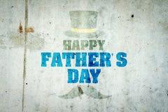 Gl?cklicher Vater ` s Tageshintergrund Alte schäbige Aufschrift auf einer Betonmauer Hutzylinder und -schnurrbart lizenzfreie abbildung