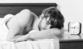Gl?ckliches in den steigenden H?nden des Betts mit dem neuen Gef?hl morgens aufwachen des faulen Mannes entspannt G?hnender gut a stockbilder