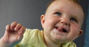 Gl?ckliches kleines Baby in der Nahaufnahme stock footage