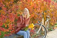 Gl?ckliches M?dchen auf Herbstweg Sch?ner Autumn Woman mit Autumn Leaves auf Fall-Natur-Hintergrund Träumerisches Mädchen mit Blo stockbilder