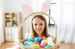 Gl?ckliches M?dchen mit farbigen Ostereiern zu Hause stockfotografie