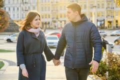 Gl?ckliches Mann- und Frauenh?ndchenhalten der jungen Paare lizenzfreies stockfoto