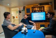 Gl?ckliches Team von Schiffsoffizieren sehen an Bord des Schiffes fern lizenzfreies stockbild