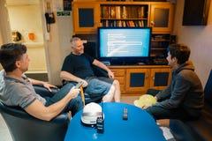 Gl?ckliches Team von Schiffsoffizieren sehen an Bord des Schiffes fern stockfotos