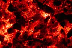 Gl?dande varm kolcloseup f?r bakgrund textur av brinnande kol arkivfoto