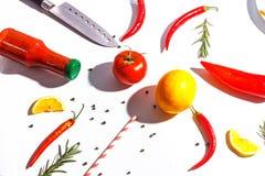 Gl?dheta peppar, tomater, rosmarin och kryddor p? vit bakgrund Table inst?llningen Top besk?dar arkivfoto