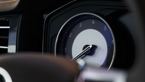 Gl?hender sch?ner Armaturenbrett eines modernen teuren Autos stockfoto