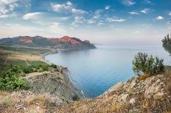 Gl?ttung von D?mmerung in einer ruhigen Bucht am Fu? der Berge mit Weinbergen stockbilder