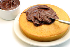 Glaçage d'un gâteau Photos libres de droits